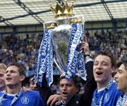 Técnico José Mourinho levanta a taça!