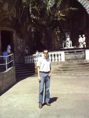 Na entrada da gruta, em Bom Jesus da Lapa-BA